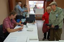 Volby do krajského zastupitelstva začaly v pátek 12. října úderem 14. hodiny.
