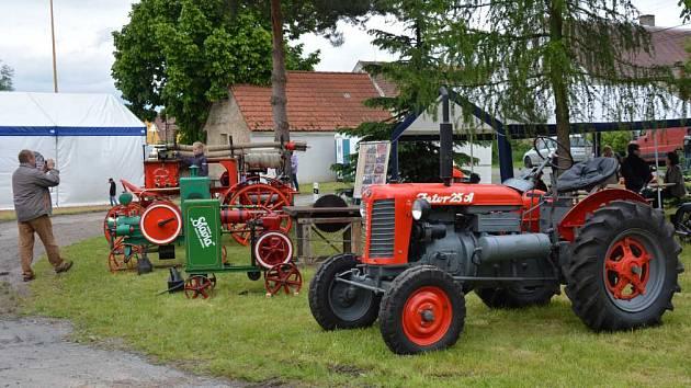 Nejen stánky s občerstvením, ale také výstava historické zemědělské techniky, výstava historických fotografií obohatila oslavy výročí.