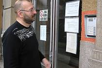 Ředitel školy v Hornické ulici v Tachově Radek Červený ukazuje, na které zvonky musí návštěvník školy zazvonit.