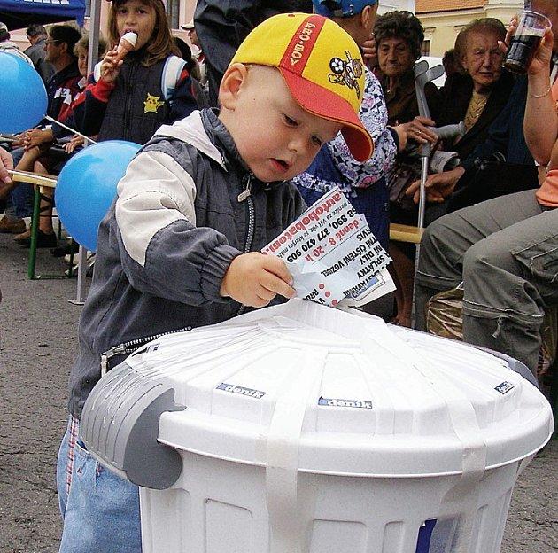 Dvouletý Jan Šedivý vhazuje kupon do osudí, ze kterého bude vylosován jeden šťastlivec, který se stane majitelem nové Škody Fabia.
