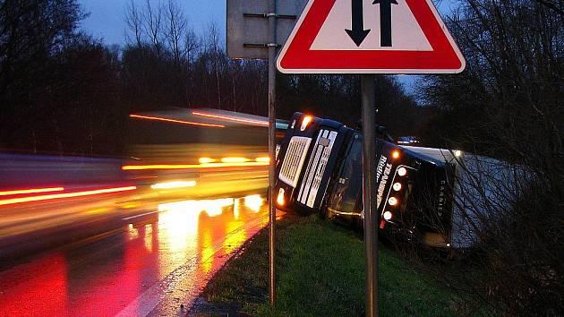 KAMION SKONČIL V PŘÍKOPU.   Alkohol a nepozornost řidiče  byly příčinou nehody.