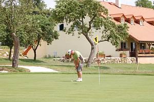 Ilustrační foto. Hru v areálu alfrédovského golfového hřiště předvádí manažer Ivan Svoboda.