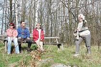 Turistka z Plané Marie Přibáňová ukazuje přihlížejícím vrchy, které jsou nadohled od vrchu Hradišťák, který leží nad obcí Okrouhlé Hradiště.