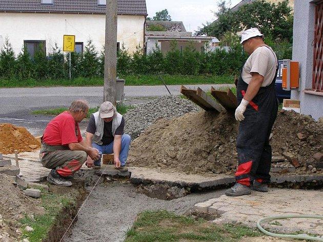 Dělníci přestavují obecní úřad v Tisové.