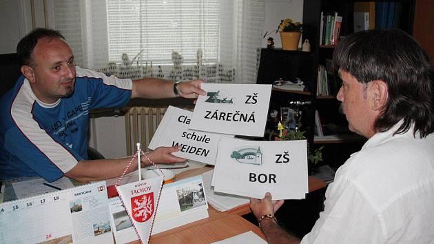 V KŘESLE VEDOUCÍHO odboru školství, kultury a památkové péče. Autor článku Jiří Kohout (vlevo) kontroluje s vedoucím odboru Josefem Kožnarem cedule připravené na středeční česko německé letní hry mládeže, které bude hostit Tachov.