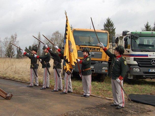 STŘÍBRŠTÍ POJALI ZAHÁJENÍ PRACÍ na opravě bývalé silnice E 50 originálně. Při zahájení vypálili stříbrští ostrostřelci slavnostní salvu.