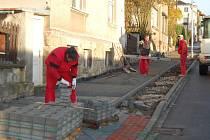 DĚLNÍCI v těchto dnech dokončují rekonstrukci ulice Československé armády v Bezdružicích. Přibude i nové veřejné osvětlení.