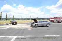Mladík s Hondou (vůz vlevo) nedal přednost Audi, která jela po hlavní.