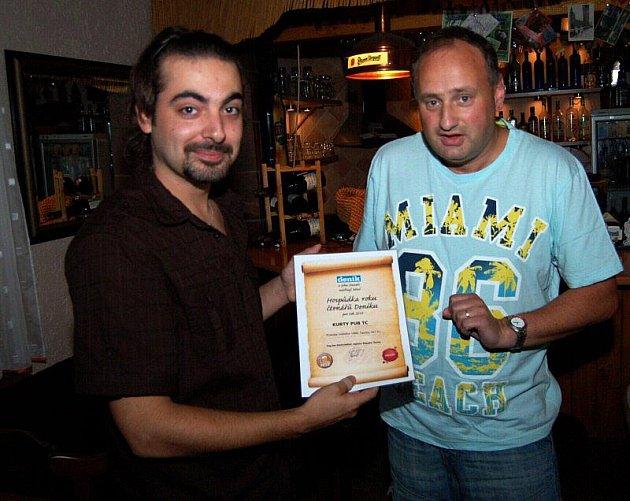 CERTIFIKÁT PŘEDÁN. Provozovatel Kurty Pub Tachov Jan Čaj (vlevo) převzal z rukou šéfredaktora Tachovského deníku Jiřího Kohouta certifikát o zisku titulu v anketě čtenářů Hospůdka roku 2010.