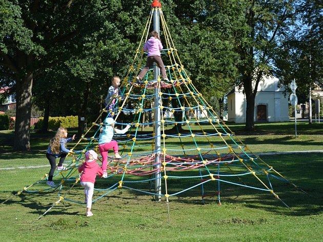 Děti z mateřinky tráví volný čas na hřišti, které nahradilo to staré a už dosti poškozené.