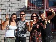 Švihák fest nabídl přehlídku českých kapel. Ze Zlína dorazila kapela Premier, na fotce (druhý zleva) j zpěvák a textař Jarda Bobowski s fanoušky.