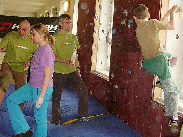 Děti soutěžily v lezení na stěně