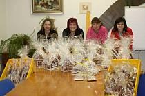 VČELAŘI, VČELAŘKY a jejich přátelé připravili na sobotní ples více než sto perníkových dárků. Zdobili je několik hodin.