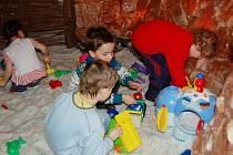 SŮL NAD ZLATO. Děti z tachovské mateřinky v Sadové ulici si vyhrály v solné jeskyni. Pro drobotinu to byl nezapomenutelný zážitek, který si prý ráda zopakuje.