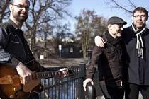 LÍDREM KAPELY je Jan Stehlík, rytmiku hudební skupiny tvoří Pavel Plánka (bicí) a Pavel Novák (baskytara).