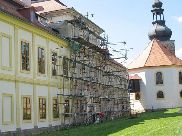 Oprava fasády zámku ve Svojšíně je před dokončením.