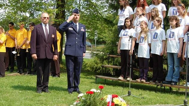 K pomníku Osvobození Tachova US ARMY přijel uctít památku i Jason Gross, zástupce Ambasády USA v Praze