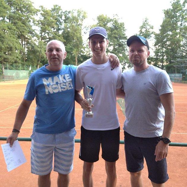Vítěz letošního ChaBr Cupu Ondřej Bartoš (uprostřed) se sponzory.