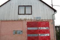 JAK DOKAZUJE SNÍMEK, hasičská zbrojnice ve Starém Sedle není v nejlepší kondici. Tamní obecní úřad by ji chtěl v budoucnu zrekonstruovat.