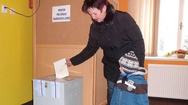EVŽENIE ZABLOUDILOVÁ se svým vnukem přišla podpořit svého kandidáta v sobotu dopoledne.