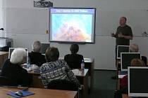 STUDENTI Univerzity třetího věku v Tachově při přednášce z oboru Astronomie.