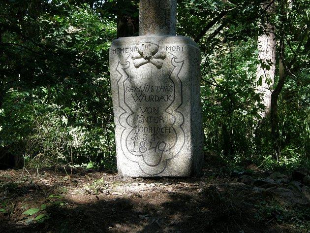 Barokní kříž se podařilo zachránit vrámci adopcí kamenných památek.