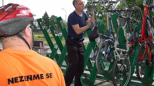 PŘÍVĚS SE STOJANY NA KOLA se téměř zaplnil poté, co se cyklobusem vydala skupina cyklistů klubu Nežeňme se. Řidič jednotlivá kola naložil, připevnil a mohlo se vyjet.