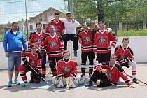 Mužstvo HC Buldoci Stříbro skončilo v premiérové sezoně v krajské hokejbalové ligy na vynikajícím třetím místě.