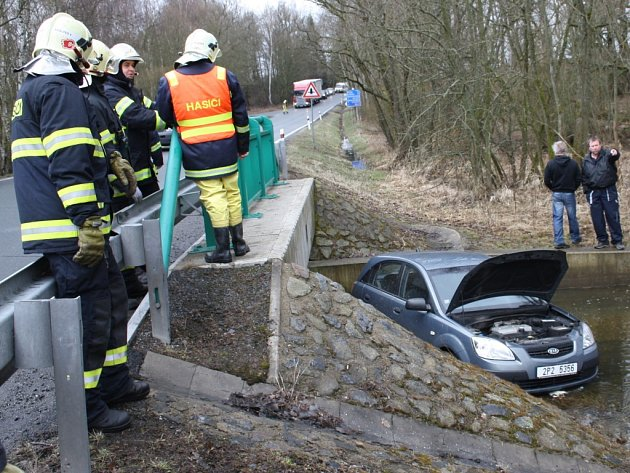 PO SMYKU skončilo vozidlo v potoce.