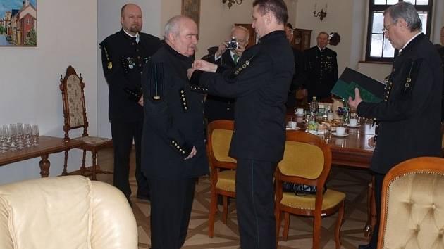 Předseda českého báňského úřadu Ivo Pěgřímek předává nejvyšší hornické vyznamenání členovi stříbrského hornického spolku Karlu Tofflovi
