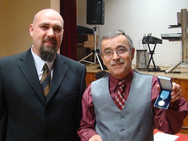 JAN VOLF (vlevo) získal ocenění za dárcovství krve. Předal mu ho starosta František Trhlík.