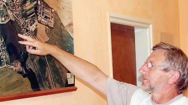 Starosta Černošína Miroslav Plincelner nám na leteckém snímku města ukázal lokalitu, kde vyrostou nové rodinné domy.