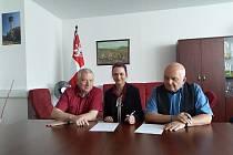 Starosta Ladislav Macák, Lucie Davidová a místostarosta Josef Horáček při podpisu smlouvy.