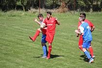 Hráči Zhoře (v červeném s míčem Miroslav Pleško) v neděli budou hrát na hřišti Lesné.