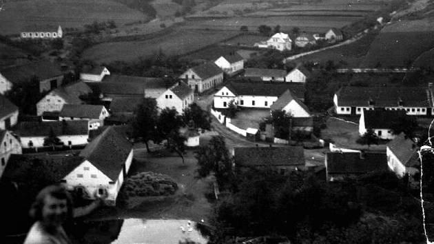 Pohled na Dolany ze skály od Luhova, polovina třicátých let dvacátého století.