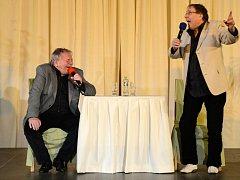 BAVILI PLNÝ SÁL. Karel Šíp v pořadu Všechnopártička vystoupil se svým hostem Josefem Náhlovským v tachovském společenském sále Mže.