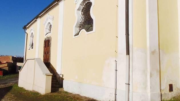 Nedovolenou skládku si někdo udělal přímo u zadního schodiště kostela Všech svatých ve Stříbře. Naštěstí byla včas odstraněna.