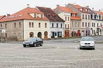 Po rekonstrukci je na stříbrském náměstí nedostatek parkovacích míst.
