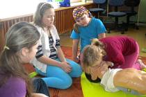ZRANĚNÍ se učí ošetřovat děti v kroužku Mladých zdravotníků ve školách v Rozvadově a v Hoštce.