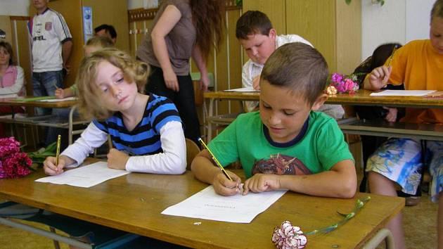 Záchlumské děti si nejdříve napsaly své vysvědčení, poté dostaly to správné.