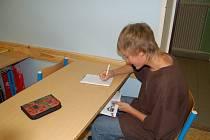 Při  písemkách nahlížejí žáci často do sešitu či do knížky, které jsou ukryté v lavici. Na snímku nám zapózoval Dominik Lašek ze Základní školy v Kostelní ulici  v Tachově.
