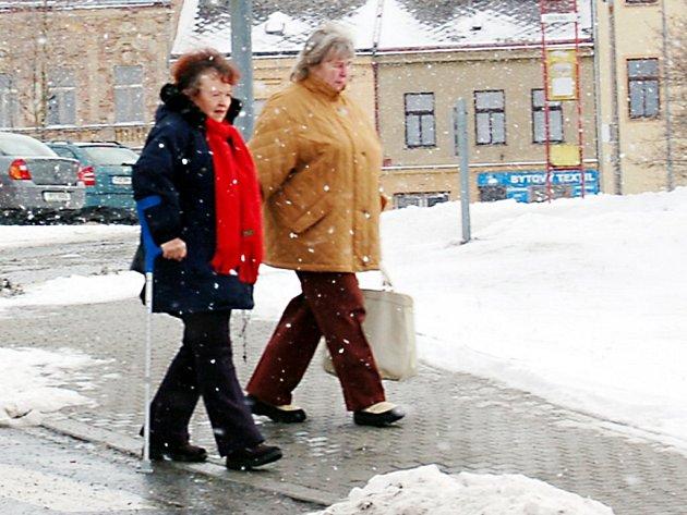 Udržované chodníky jsou aktuální zejména v zimním období. V okresním městě je řada míst, kde pohyb po náledí způsobuje obyvatelům nemalé problémy.