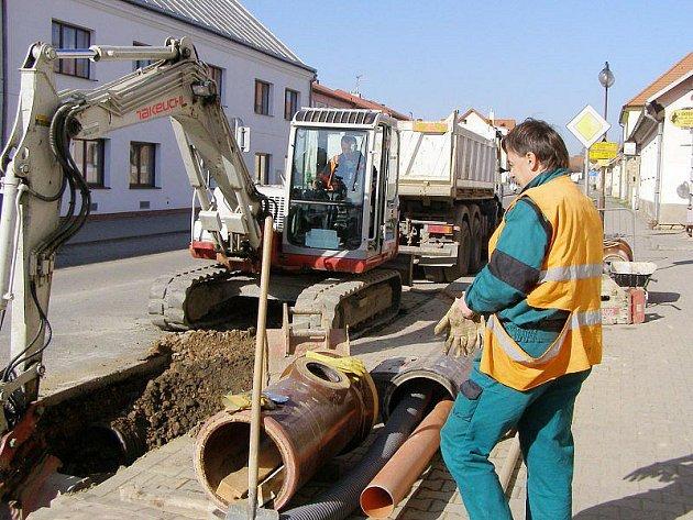 V Kladrubech dělají novou kanalizaci