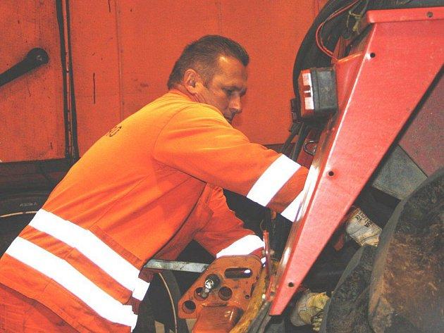 Silničáři připravují stroje a techniku na zimu.