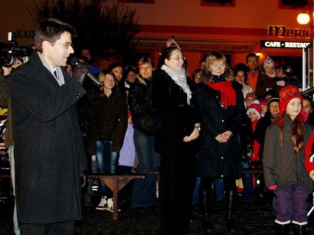 Starosta Boru Petr Myslivec odpočítal spolu s dětmi i dospělými poslední vteřiny do rozsvícení vánočního stromu na náměstí.
