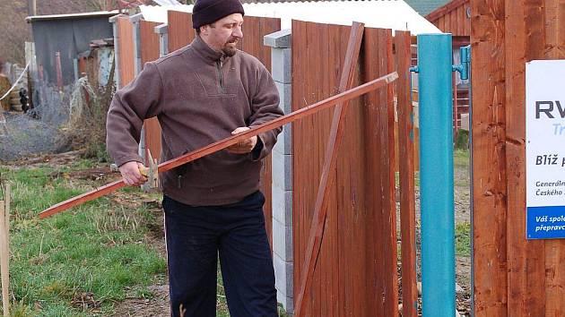 PO ÚTOKU VANDALŮ ZBYL ROZBITÝ PLOT. Poničené oplocení Záchranné stanice živočichů ve Studánce opravuje Michal Vodrážka z Tisové (na snímku).