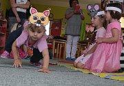 Děti představily pásmo říkanek i divadélko rodičům ke Dni matek