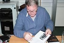 EMIL HRUŠKA podepsal knihy svým čtenářům a posluchačům, kteří dorazili v pátek na autorské čtení do Regionálního vzdělávacího střediska v Tachově.