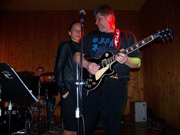 Posluchači všech generací se sešli na sobotní rockovém večeru v Erpužicích, kde zahrály kapely Mayday a Revolever.
