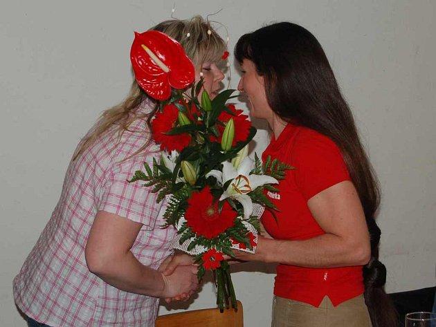 Trenérka Anna Daňková přijímá poděkování a gratulace.